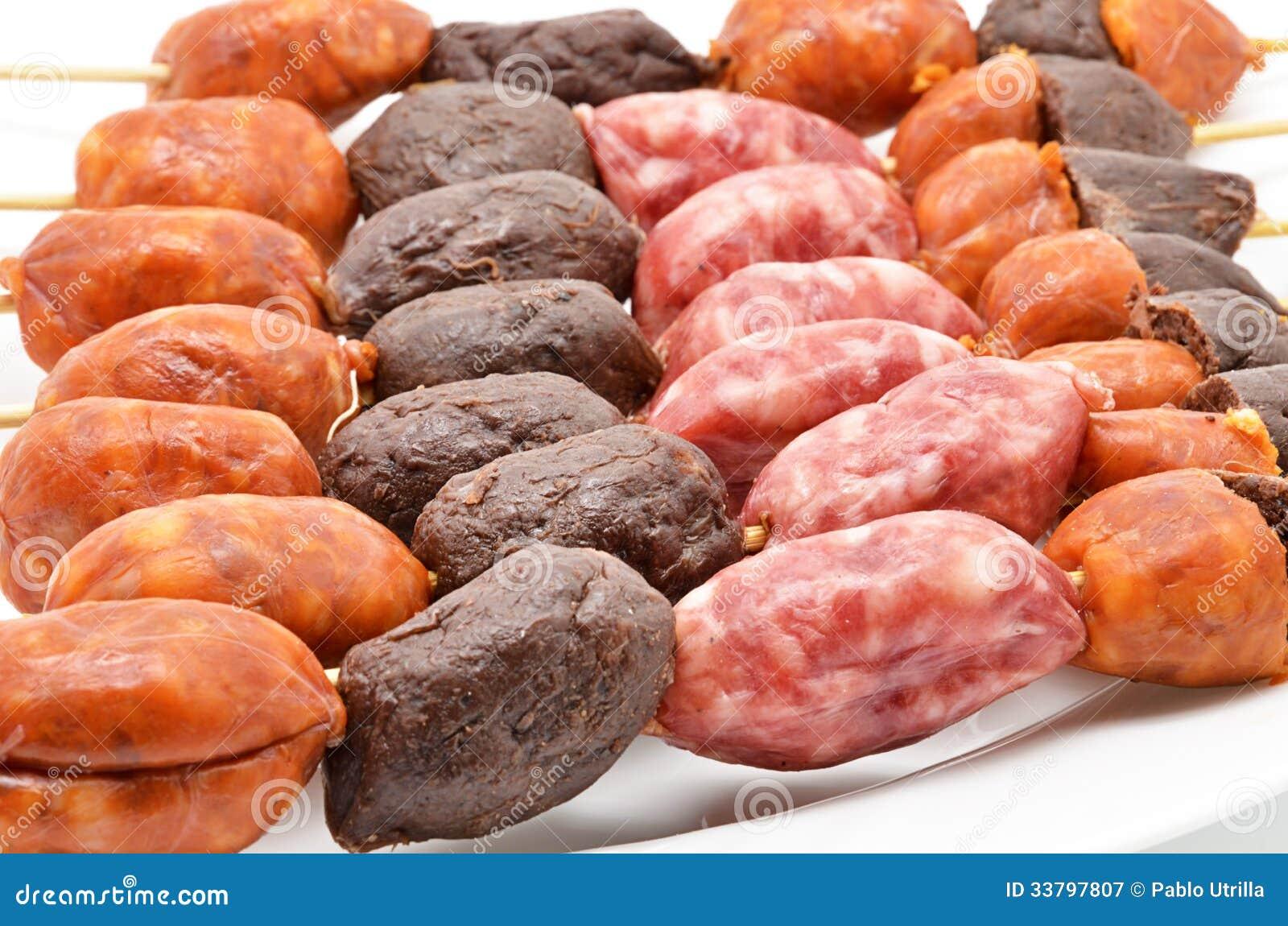 Pincho con diversos tipos de salchichas para la barbacoa - Tipos de barbacoa ...