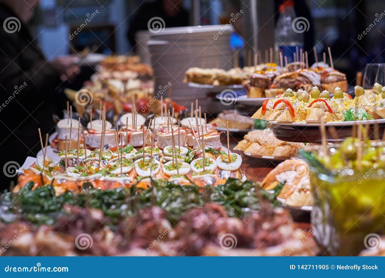 Pinchos и тапы типичные Басконий, Испании Выбор разных видов еды, который нужно выбрать от San Sebastian
