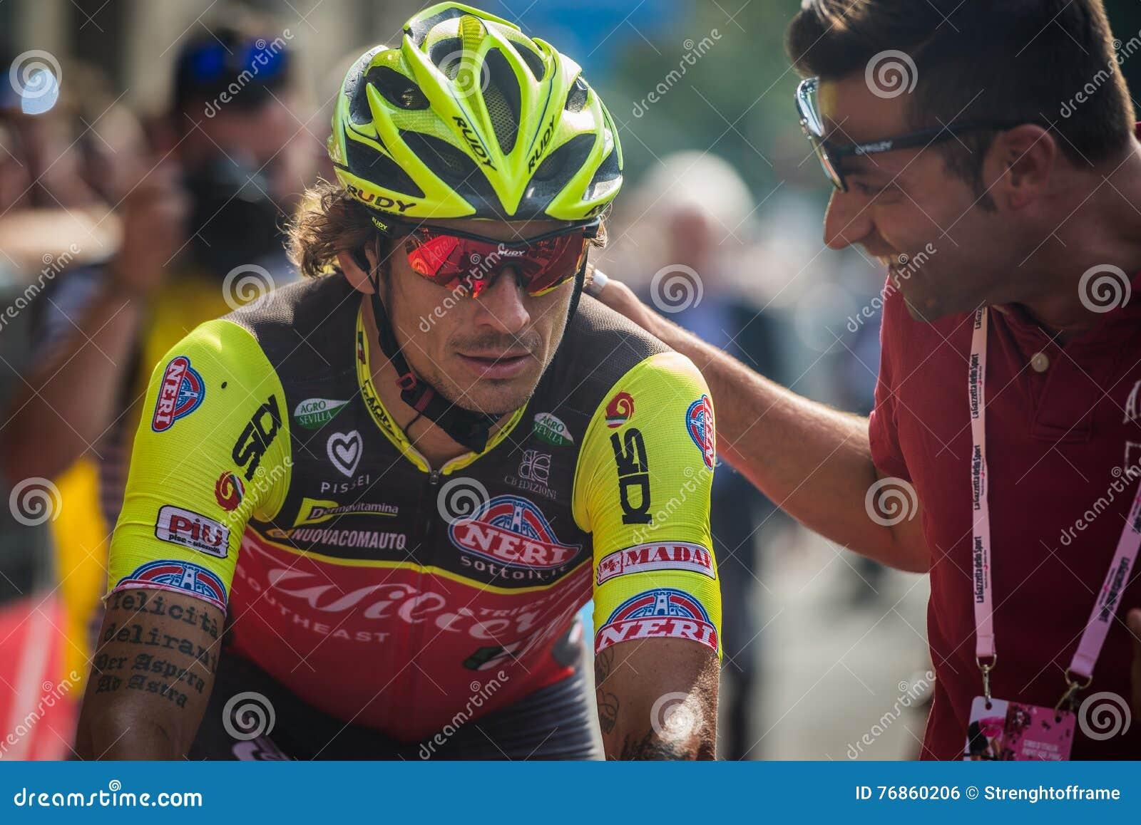Pinerolo, Italia 26 de mayo de 2016; Filippo Pozzato después del final de la etapa