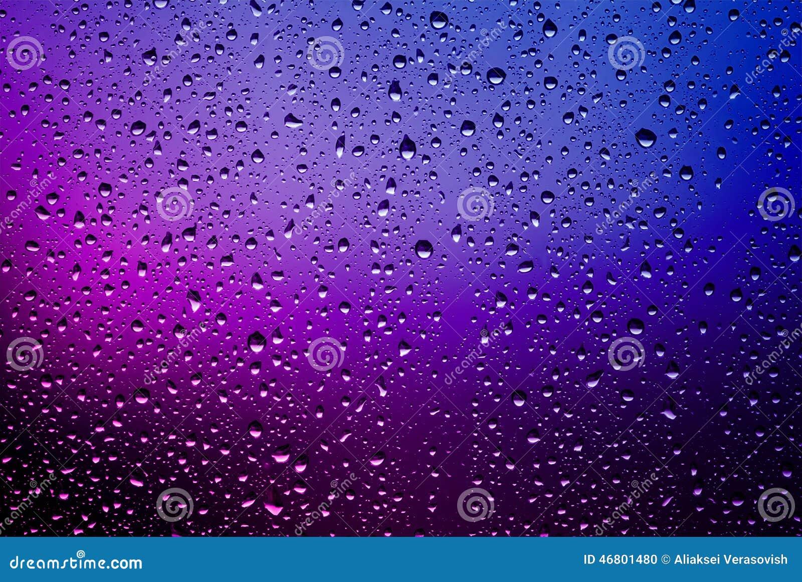 Pingos de chuva em uma placa de janela