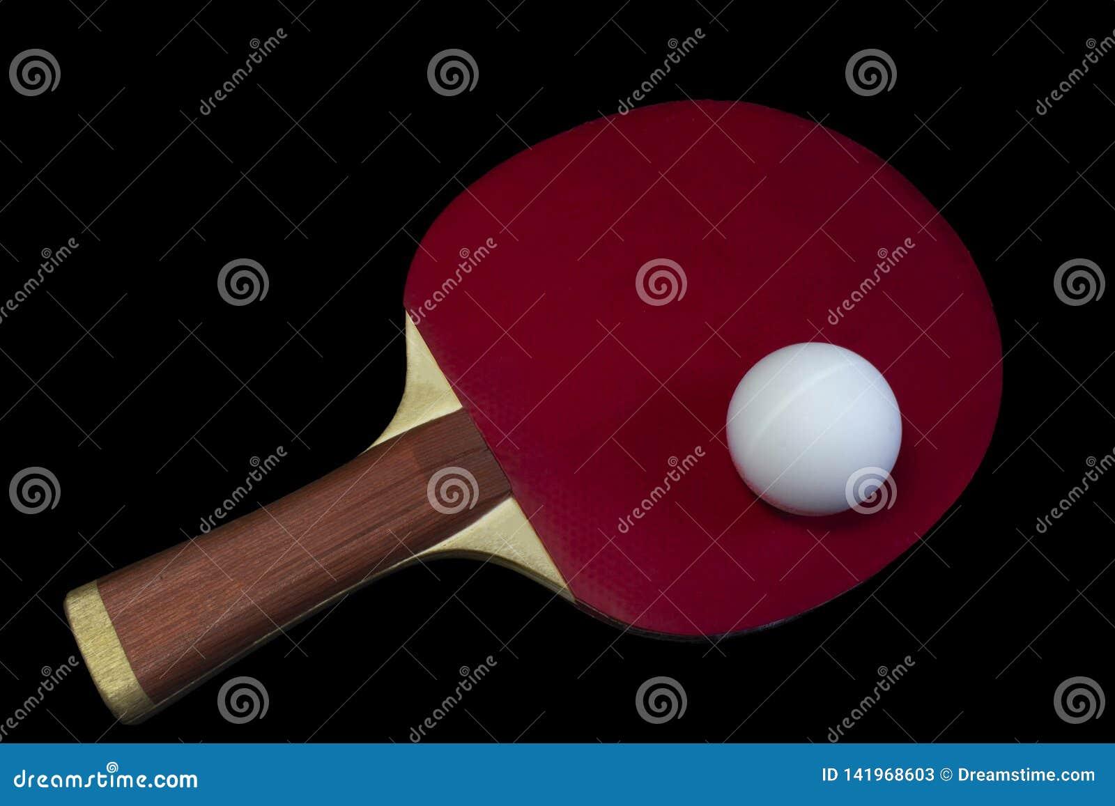 Pingpongracket en bal op zwarte achtergrond wordt geïsoleerd die