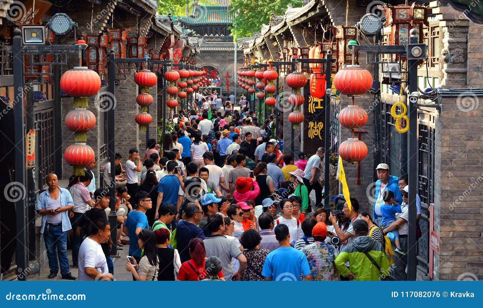 Pingyao Kina - Maj 19, 2017: Peaple på marknad på gatan av Pingyao den forntida staden Kina