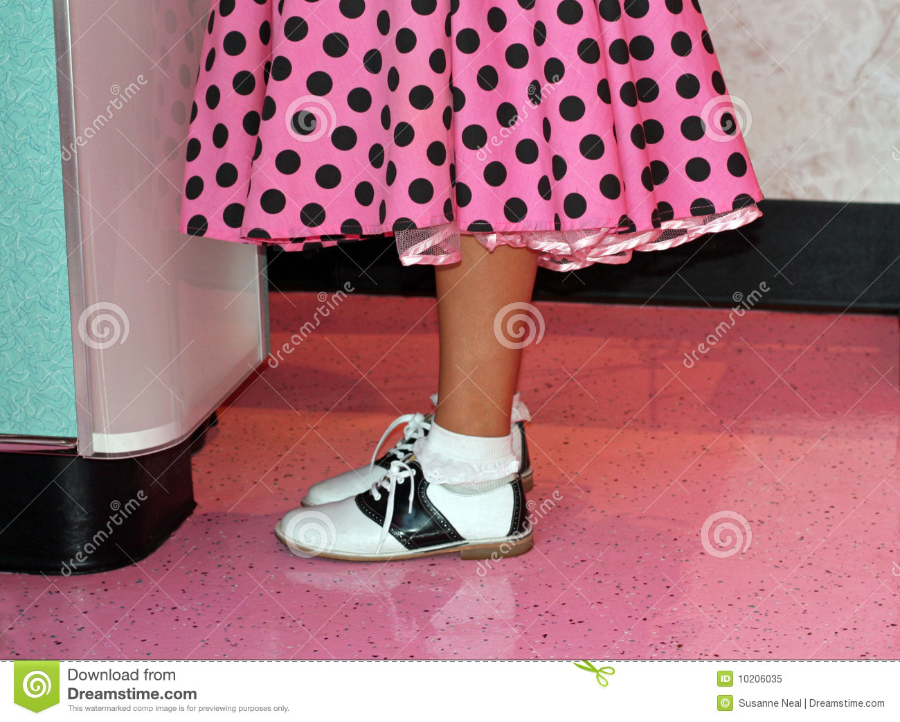 Black and white saddle shoes complete this 1950 s era teen outfit