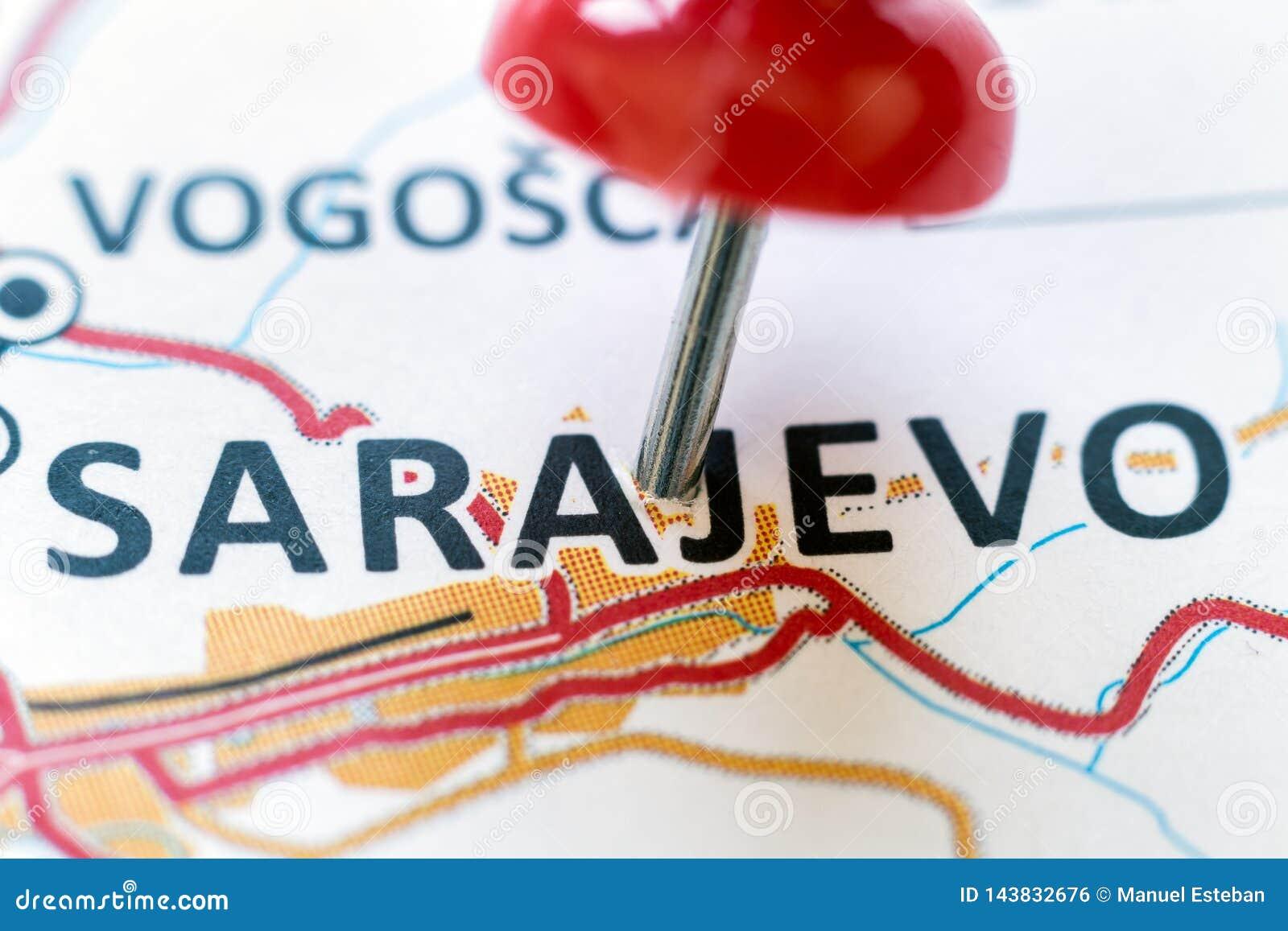 Pino vermelho que aponta Sarajevo