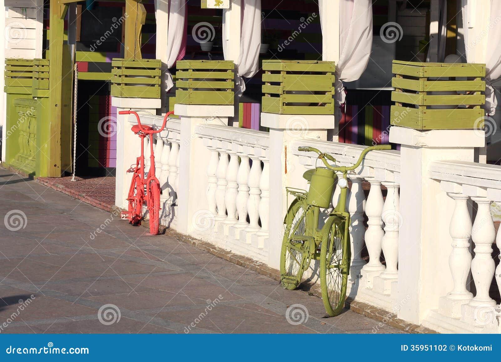 Pintado bicicletas rojas y verdes
