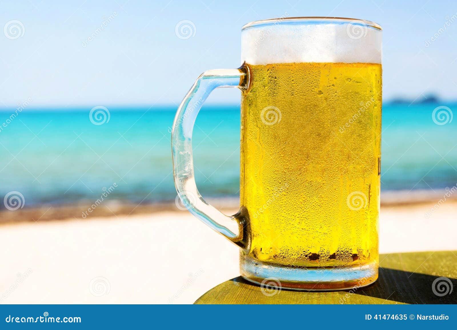 Pinte de bi re froide sur la table de plage photo stock image 41474635 - Pinte de biere en ml ...