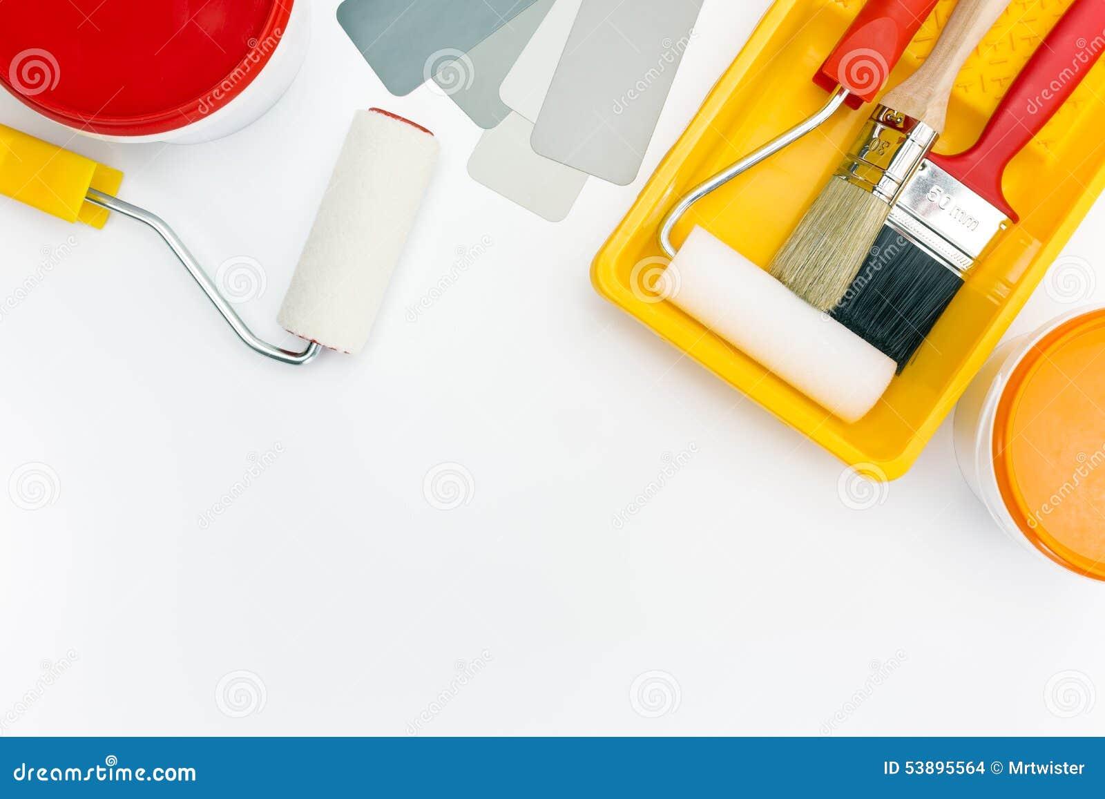 Pinte las herramientas en bandeja con las latas de la pintura