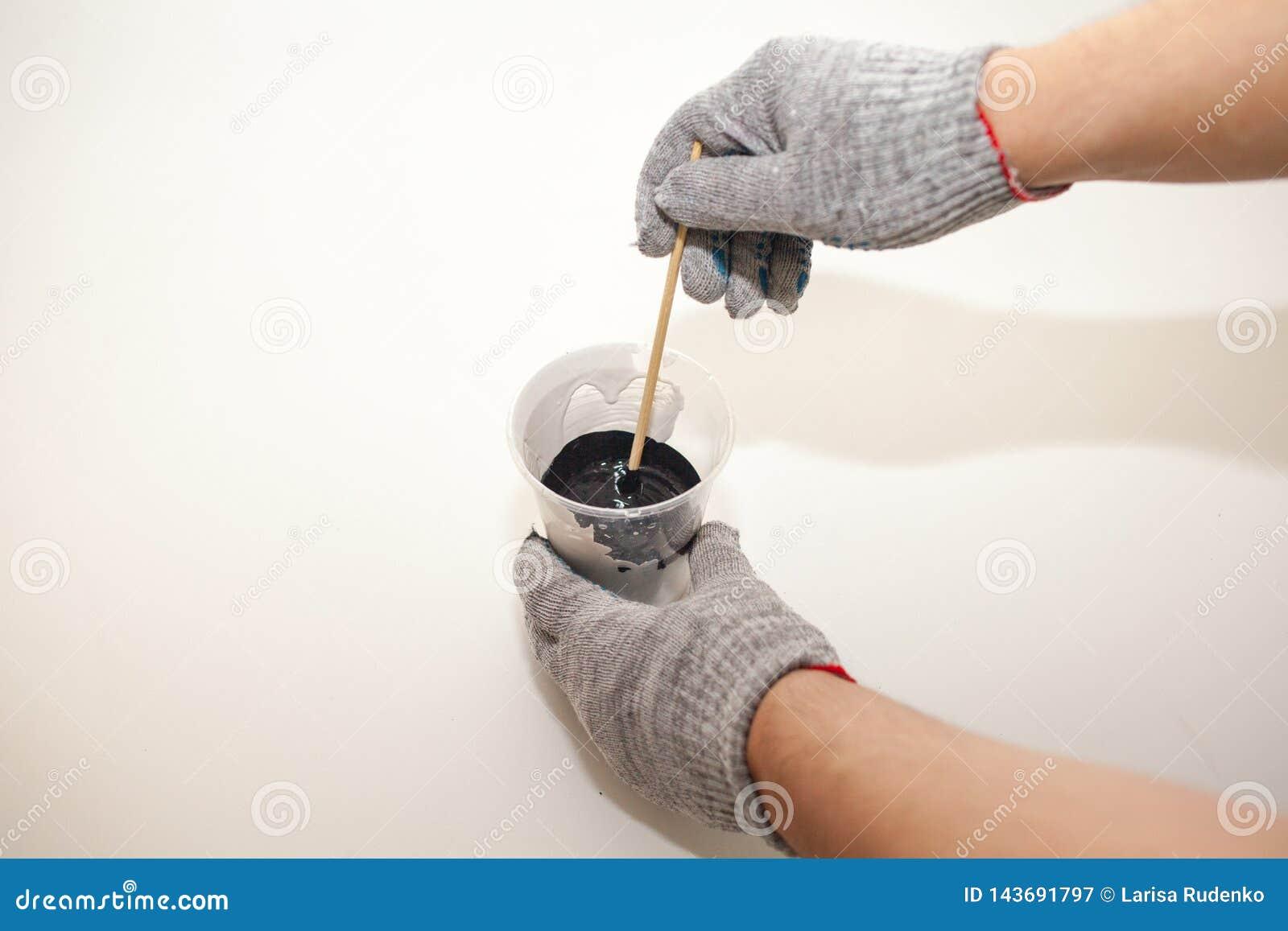 Pinte para derramar para misturar das cores, mistura das pinturas para pintar das placas