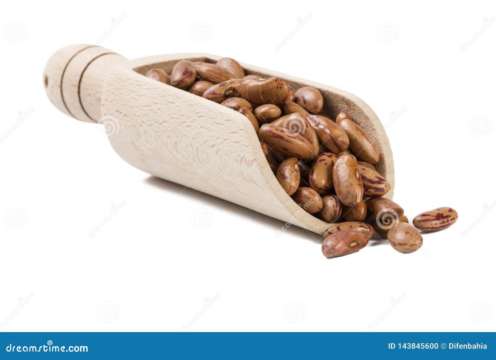 Pinto φασόλι στην ξύλινη σέσουλα που απομονώνεται στο άσπρο υπόβαθρο διατροφή βιο Φυσικό συστατικό τροφίμων