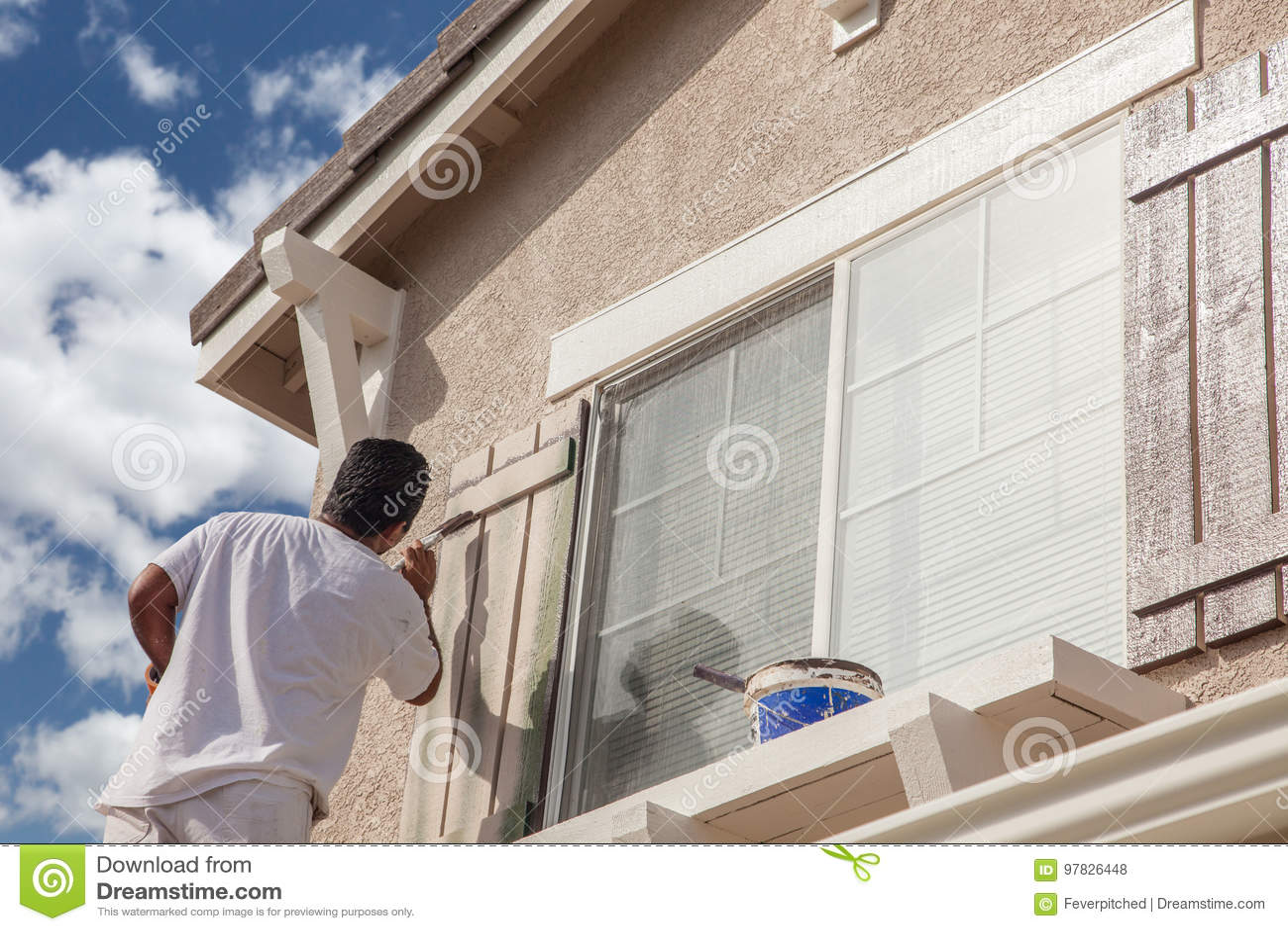 Pintor de casa profissional Painting a guarnição e os obturadores de A H