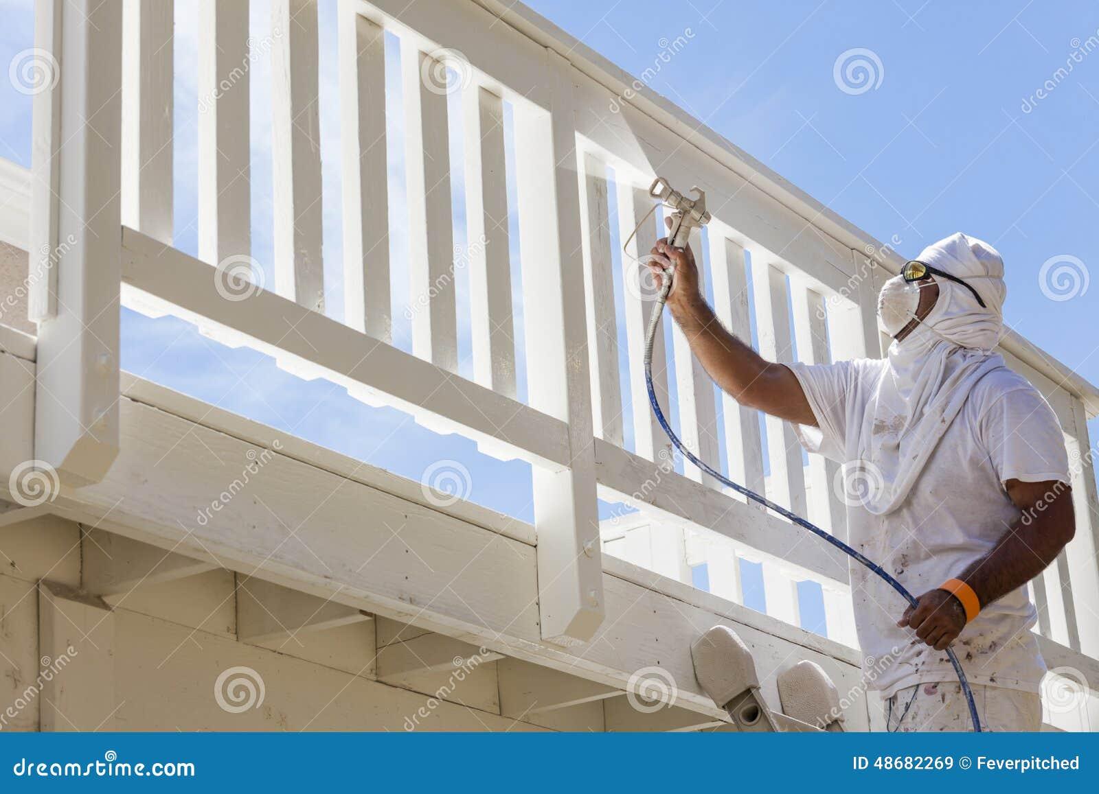 pintor de casa spray painting uma plataforma de uma casa foto de stock. Black Bedroom Furniture Sets. Home Design Ideas