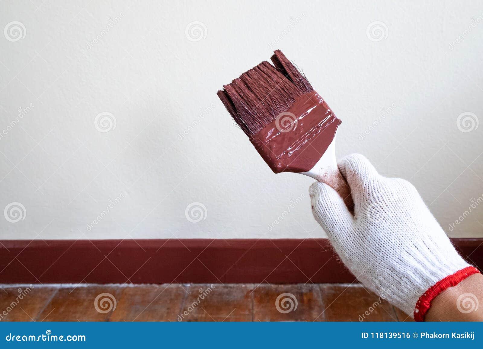 Pintor profesional Holding His Paintbrush después de la pintura Beautifu