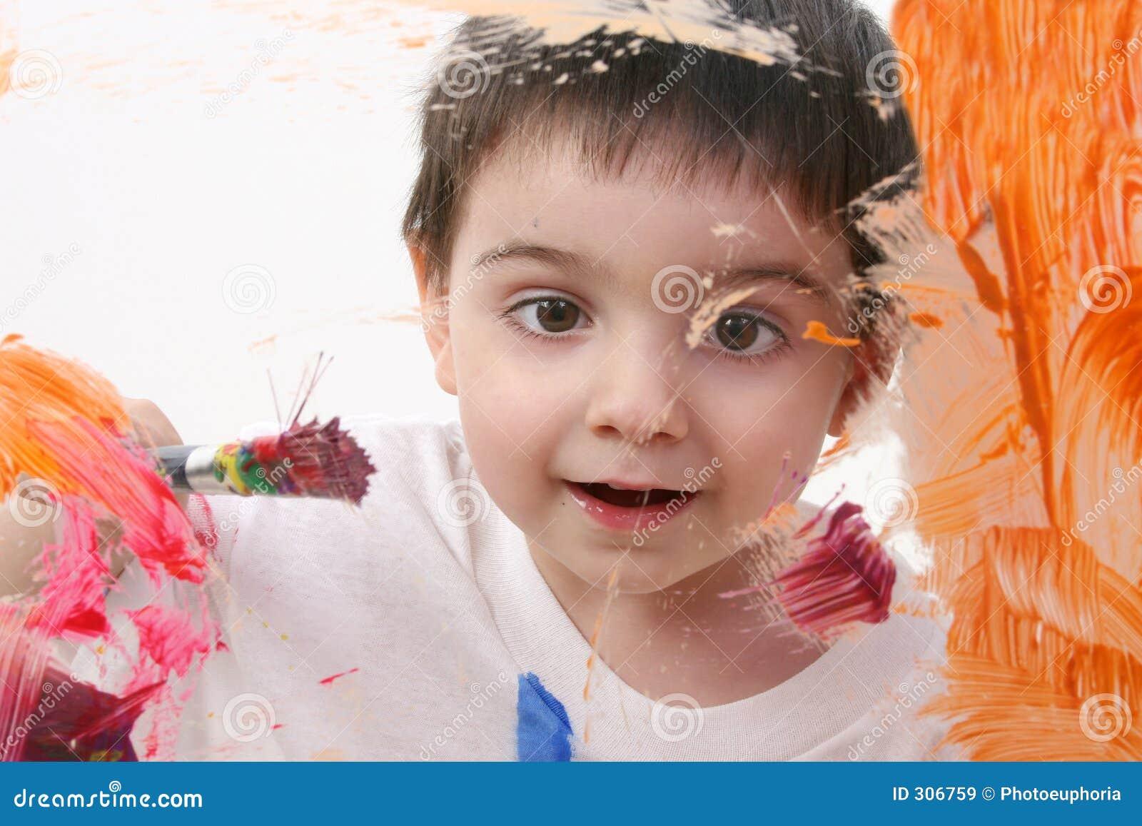Pintura adorável do menino da criança no vidro