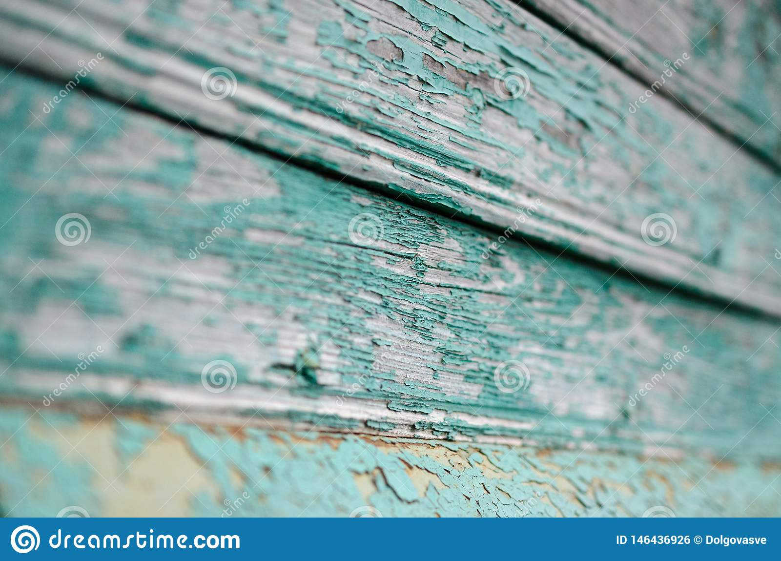 Pintura azul agrietada en la madera gris