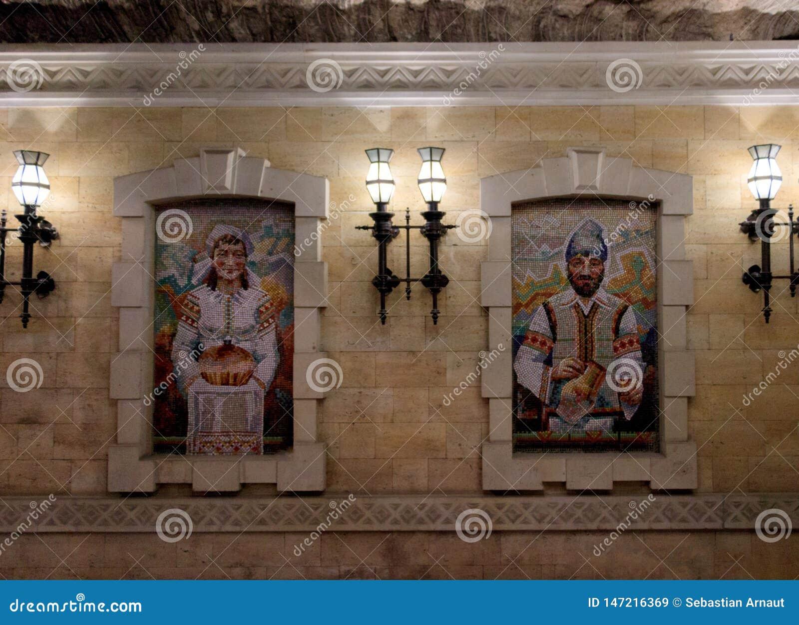 Pintura do mosaico de um homem e de uma mulher vestidos em trajes moldavos tradicionais