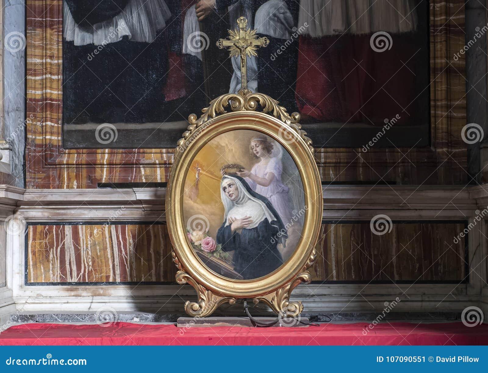 Pintura en marco oval de un ángel que corona a la Virgen bendecida en un altar en San Lorenzo de Lucina, Roma, Italia