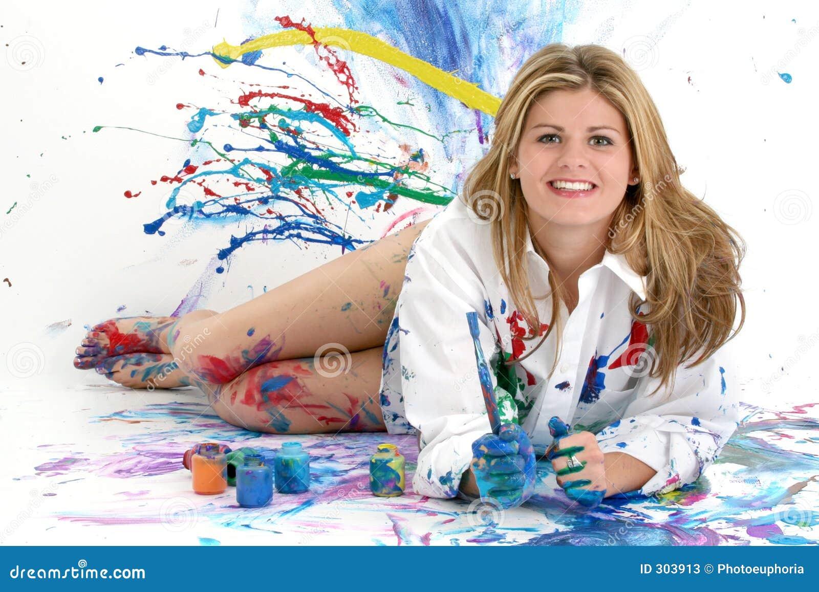 Pintura hermosa de la mujer joven