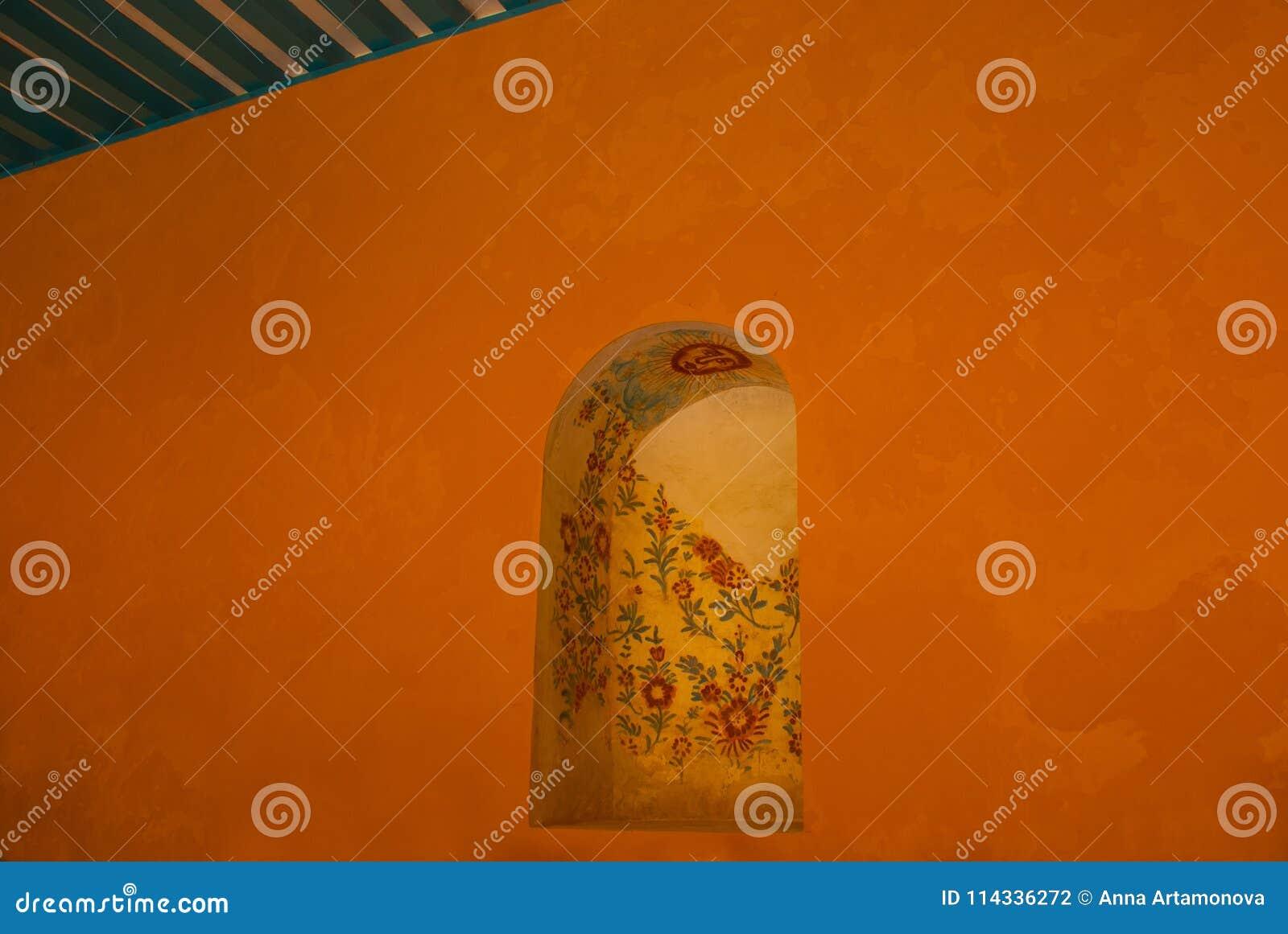 Pintura mural na parede: flores e sol do desenho Arquitetura amarela da igreja e do colonial em San Francisco de Campeche , Méxic