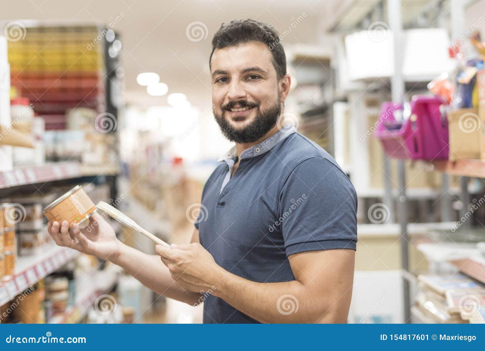 Pinturas de compra del hombre barbudo en supermercado y tienda de los artes