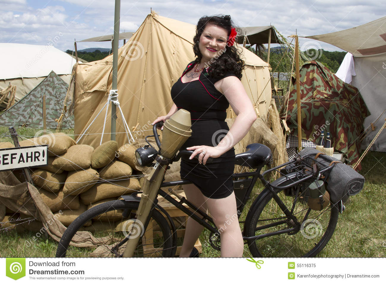 les éléments - Page 36 Pinup-riding-bike-pin-up-model-posing-retro-wwii-italian-army-camp-55116375
