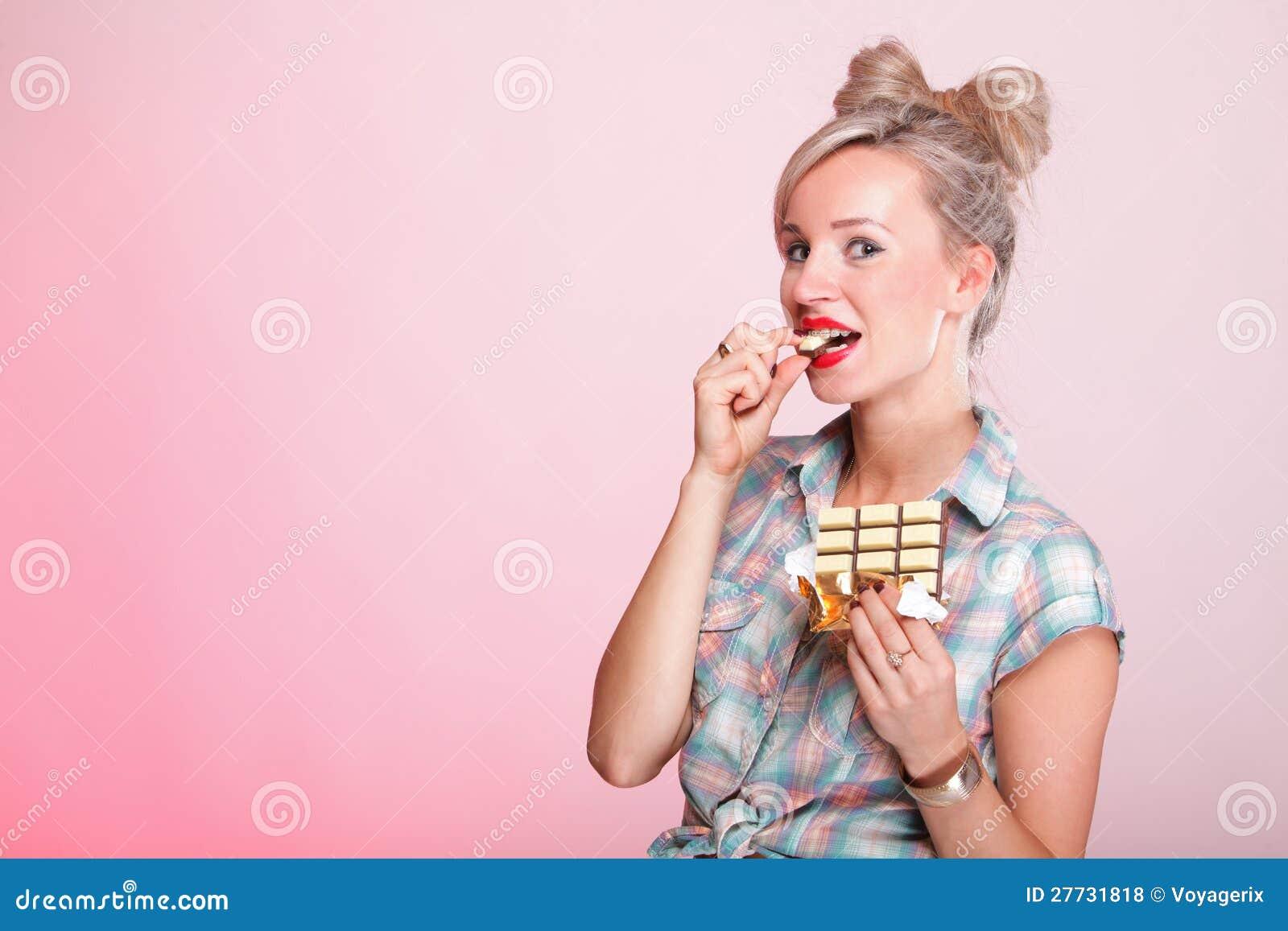 Pinupmädchen Frau, die Schokoladenporträt isst