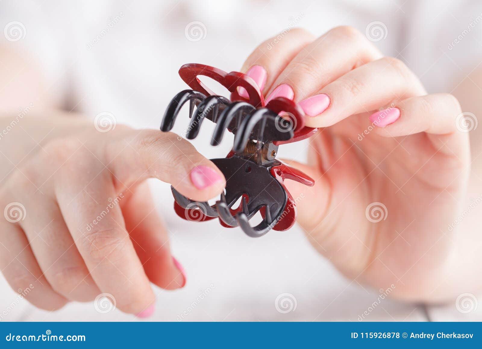 Pinza de pelo en mano femenina