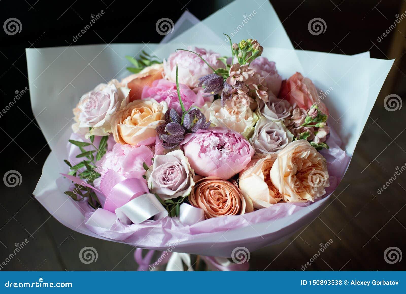 Pioenen in een boeket van bloemen