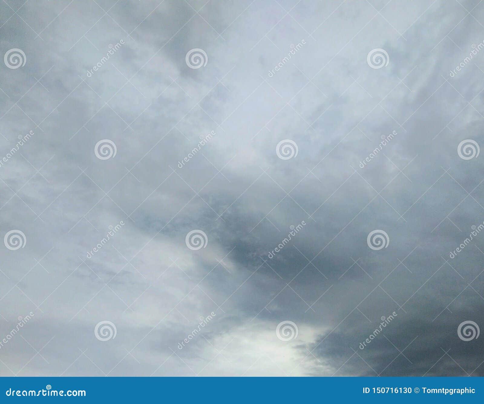Pioggia della nuvola sul cielo scuro