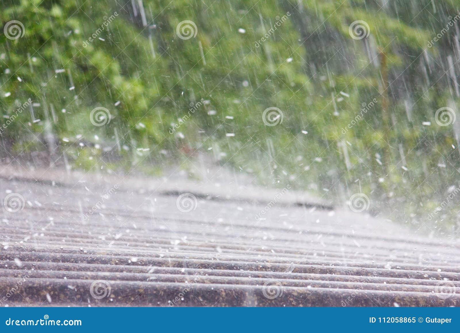 Pioggia di estate con grandine