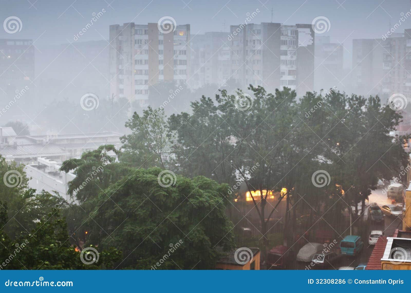 Pioggia persistente in città