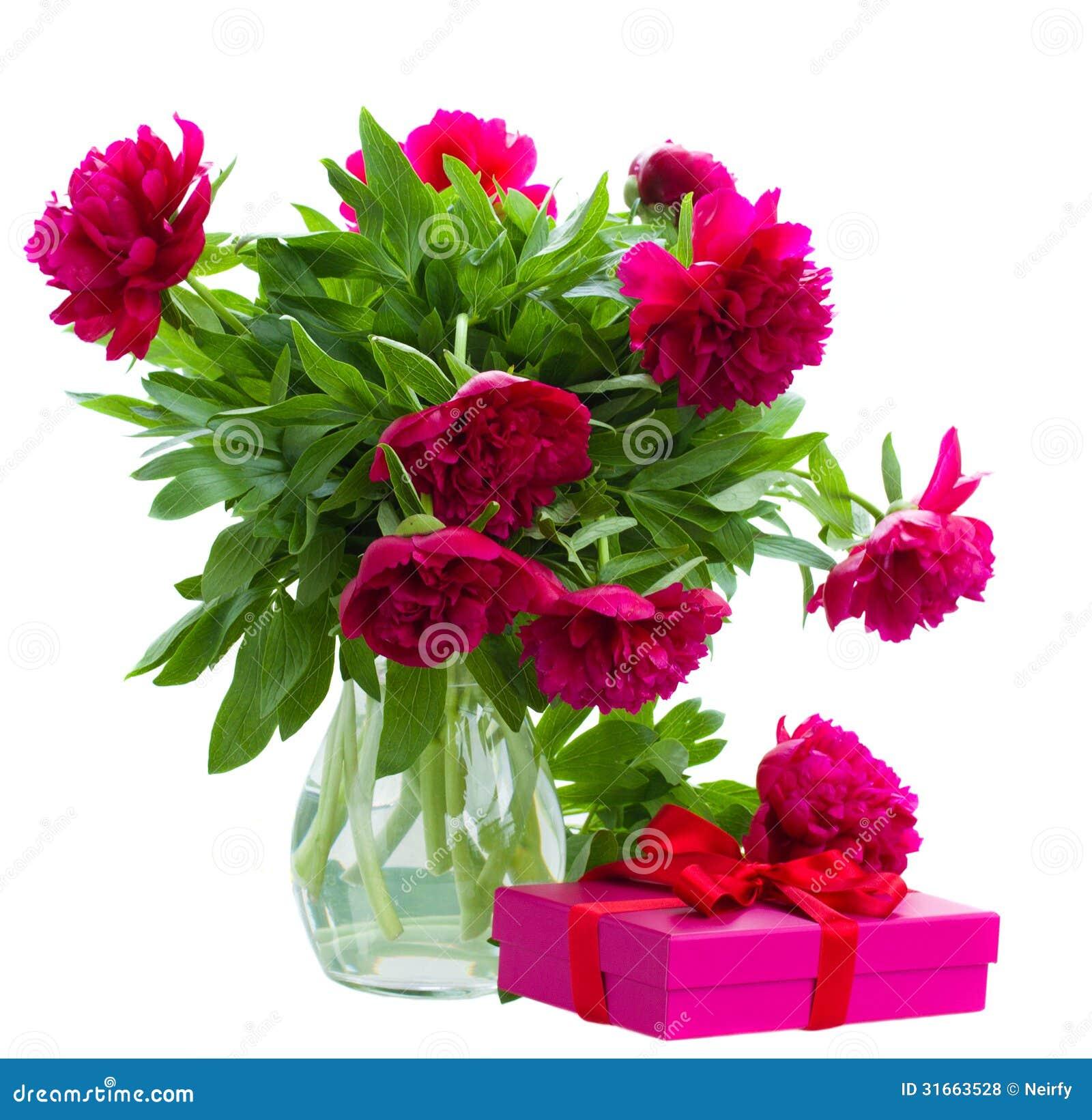 Pionen blommar i vas med gåvaasken