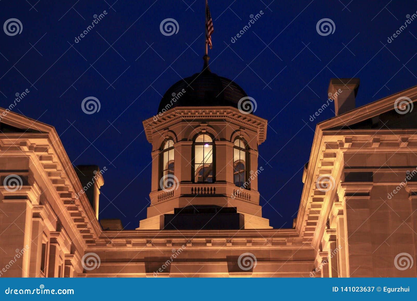 Pionierski gmach sądu przy nocą