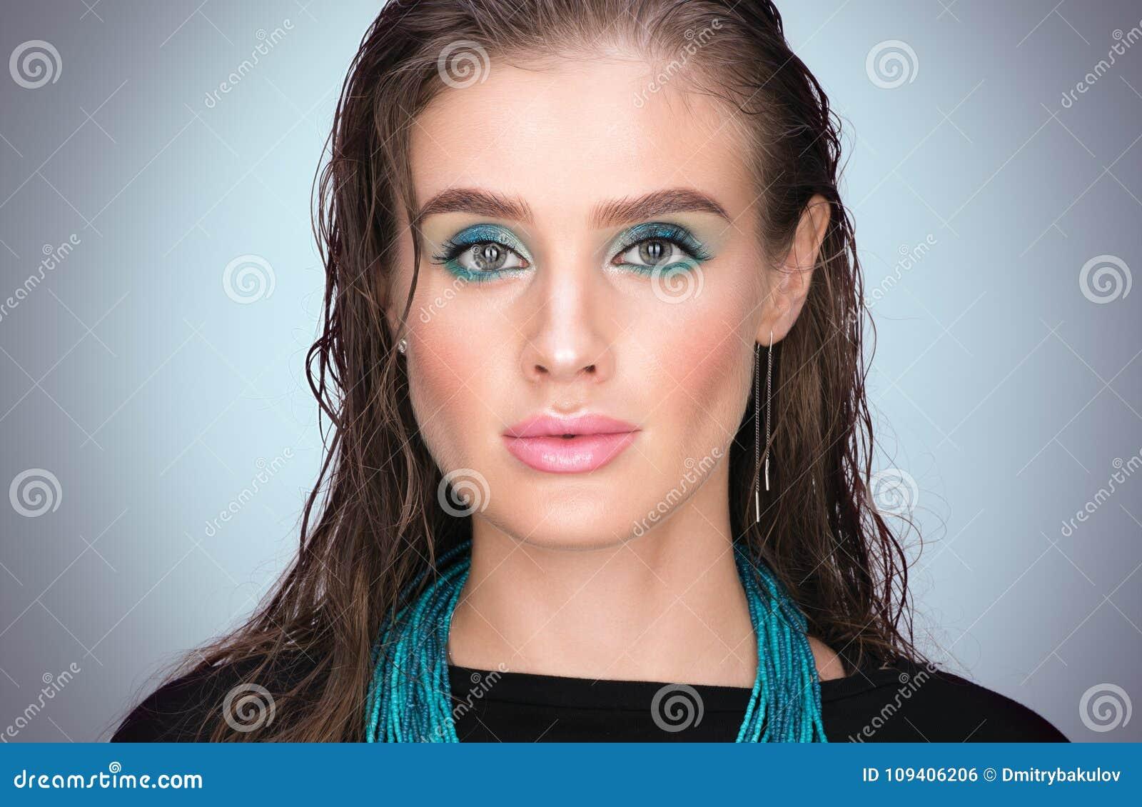 Pionowo piękna zbliżenia portret młoda piękna kobieta z mokrym włosy