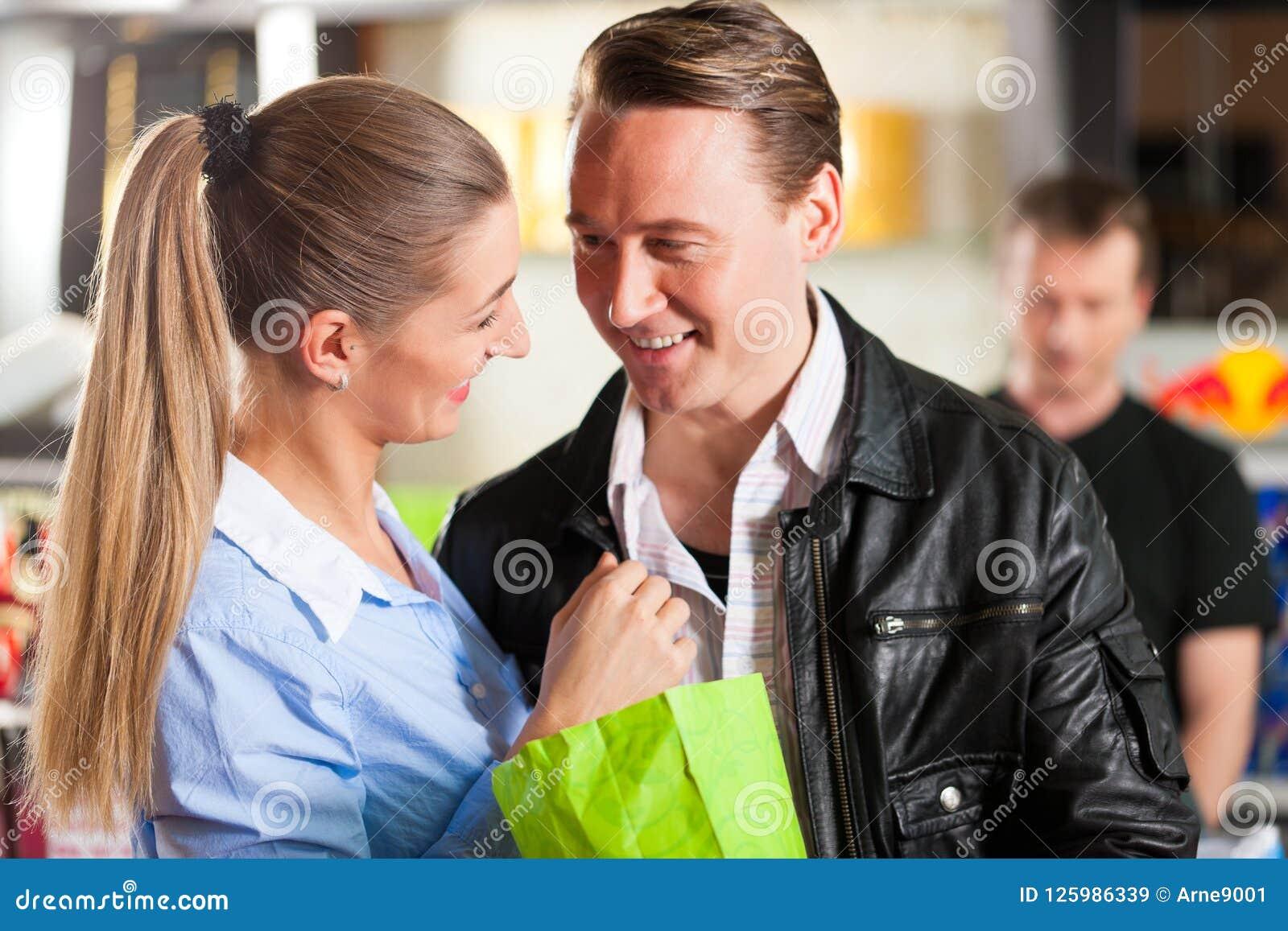 Pipoca de compra dos pares que abraça no teatro