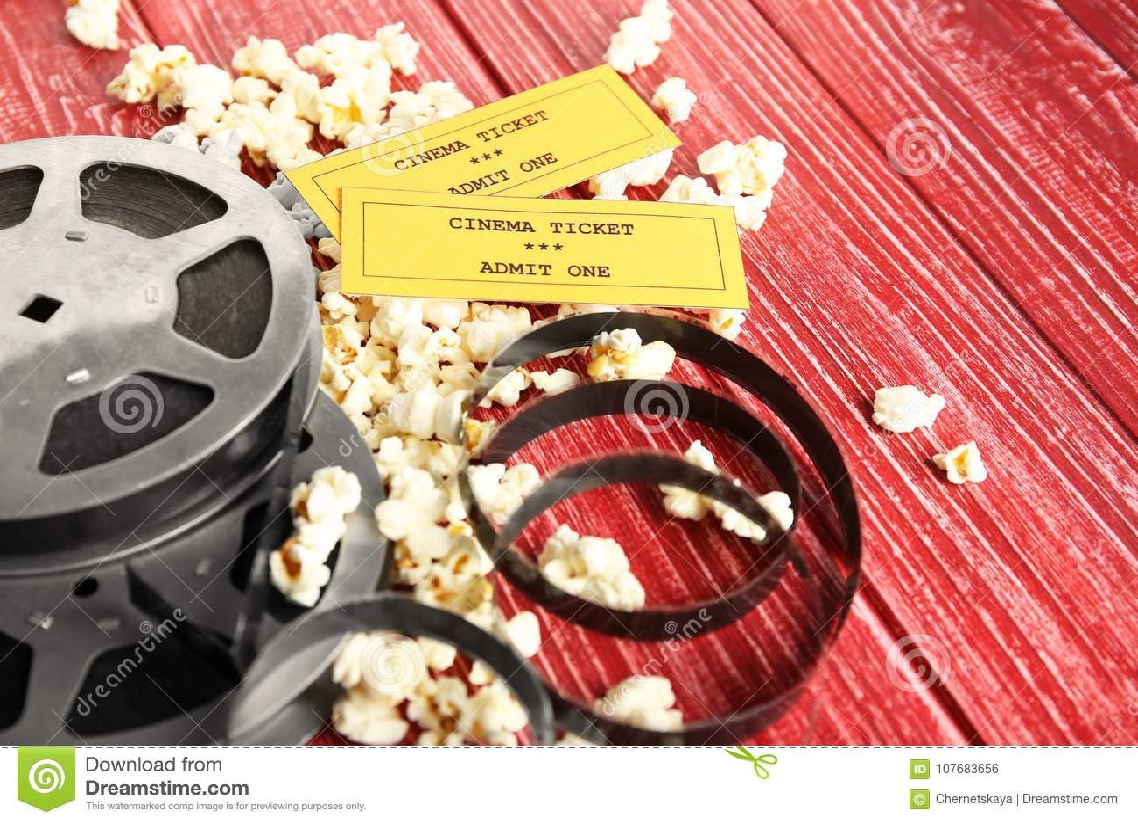 Pipoca saboroso, bilhetes e carretel do filme
