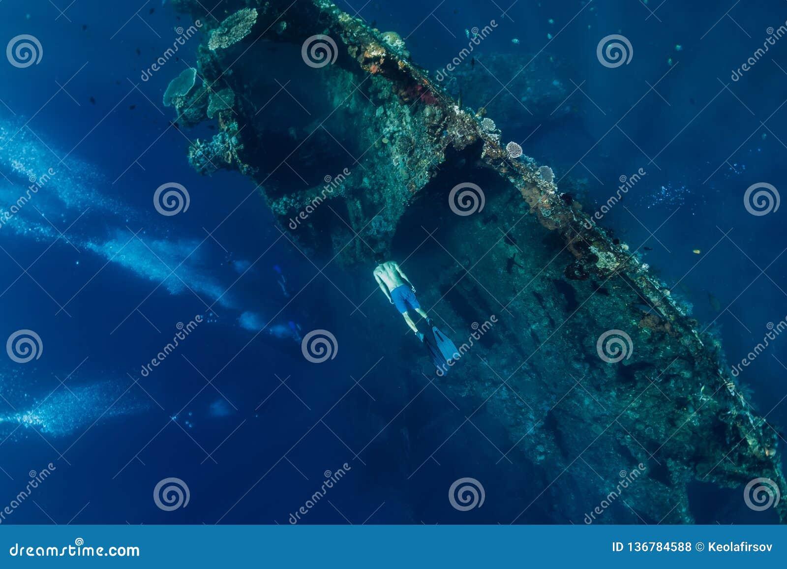 Piqué libre d homme de plongeur au naufrage, sous l eau