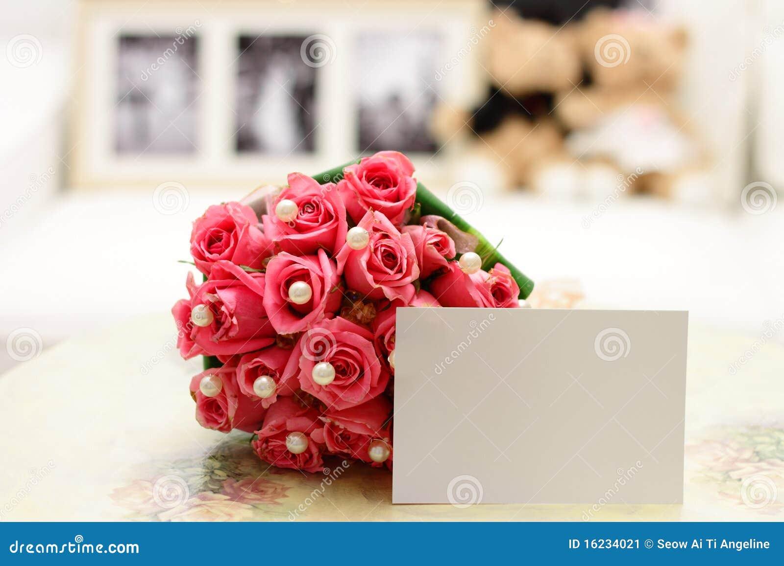 Pique las rosas con la nota en blanco
