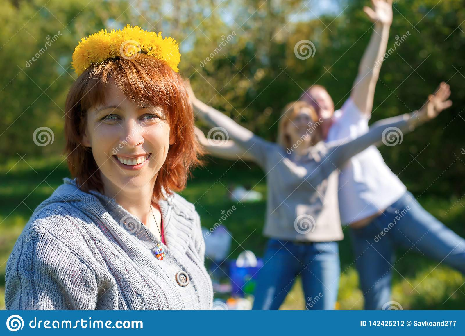 Pique-nique d amusement avec des amis Une guirlande des pissenlits sur sa tête