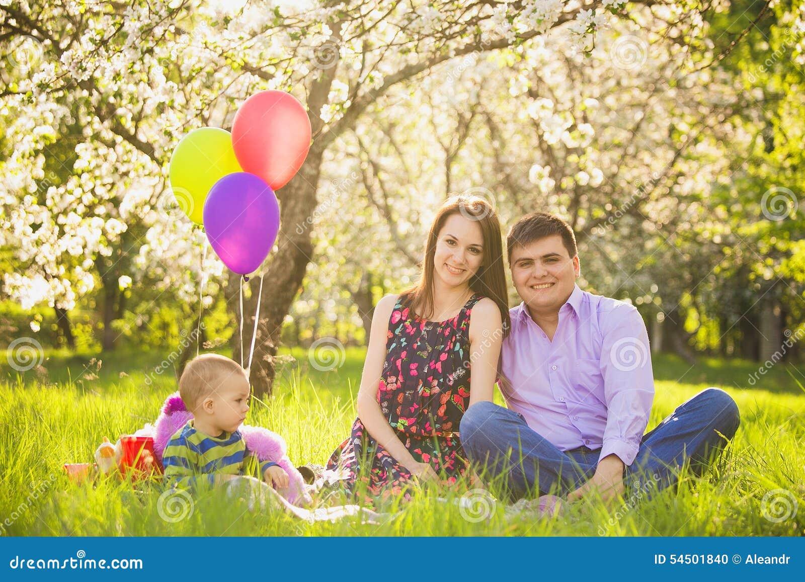 Pique-nique de famille père, mère, enfant s asseyant ensemble
