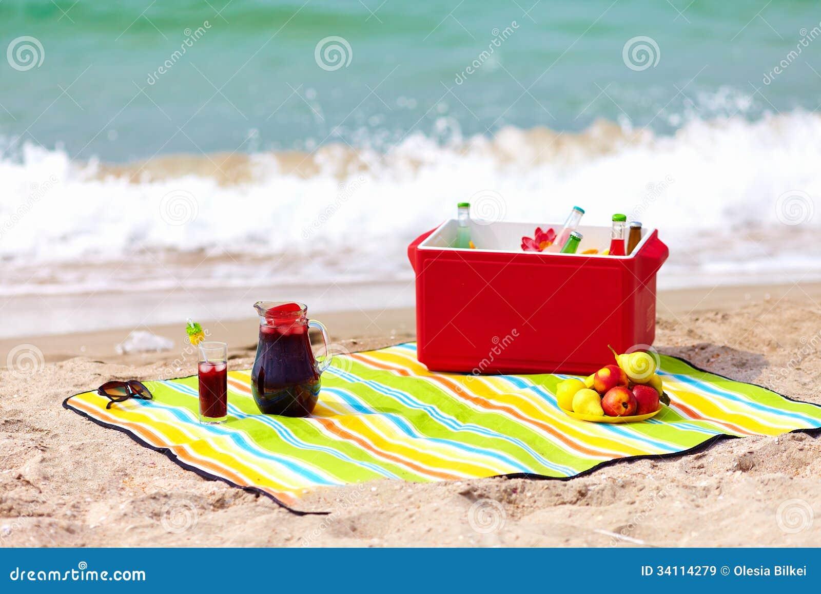 pique nique sur la plage images libres de droits image. Black Bedroom Furniture Sets. Home Design Ideas