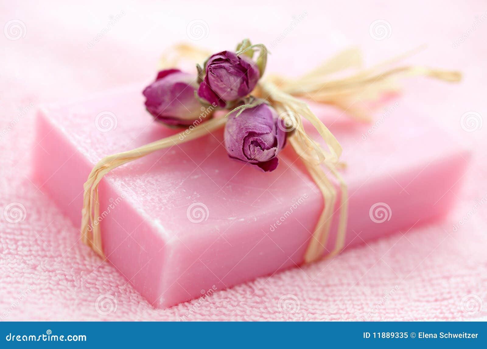 Pique o sabão com rosas secadas