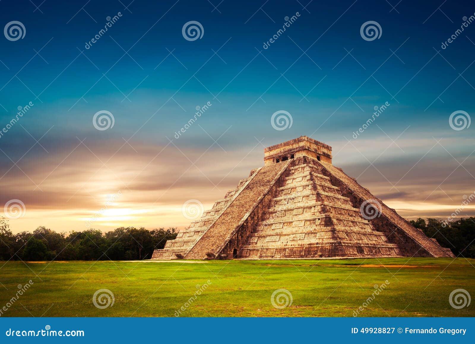 Pirámide de El Castillo en Chichen Itza, Yucatán, México