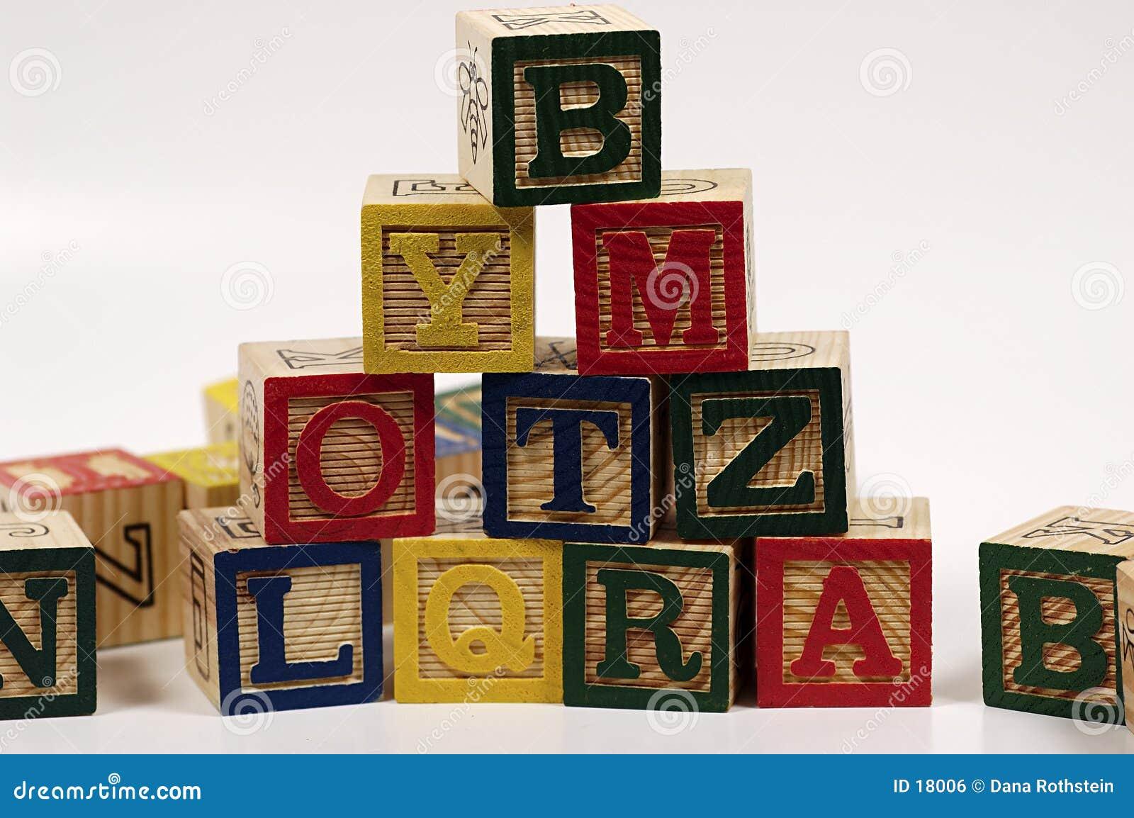 Pirámide de madera del bloque