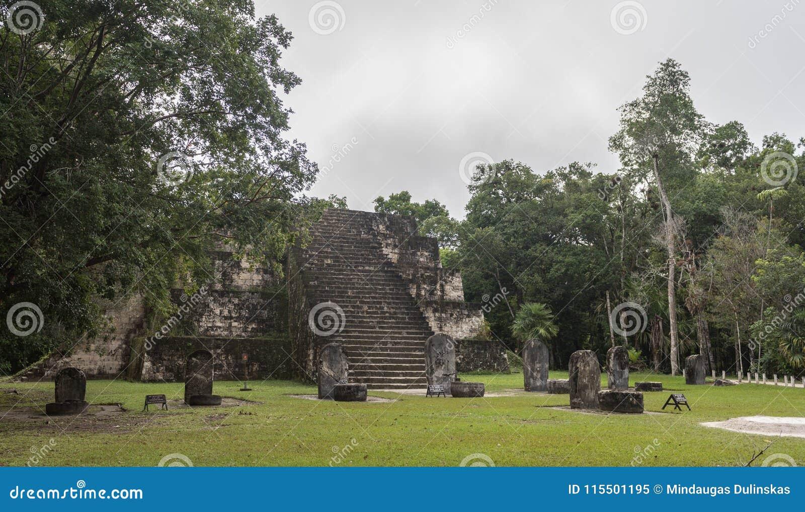 Pirâmide e o templo no parque de Tikal Objeto Sightseeing na Guatemala com templos maias e ruínas do Ceremonial Tikal é um antigo