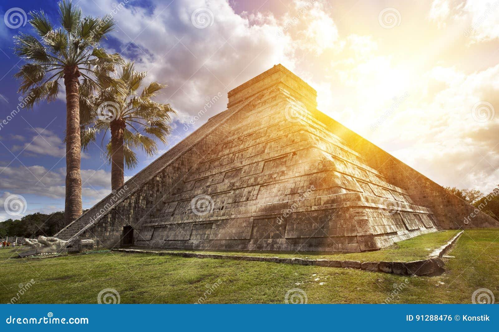 Pirâmide famosa de El Castillo o templo de Kukulkan, pirâmide emplumada da serpente no local arqueológico do Maya de Chichen Itza