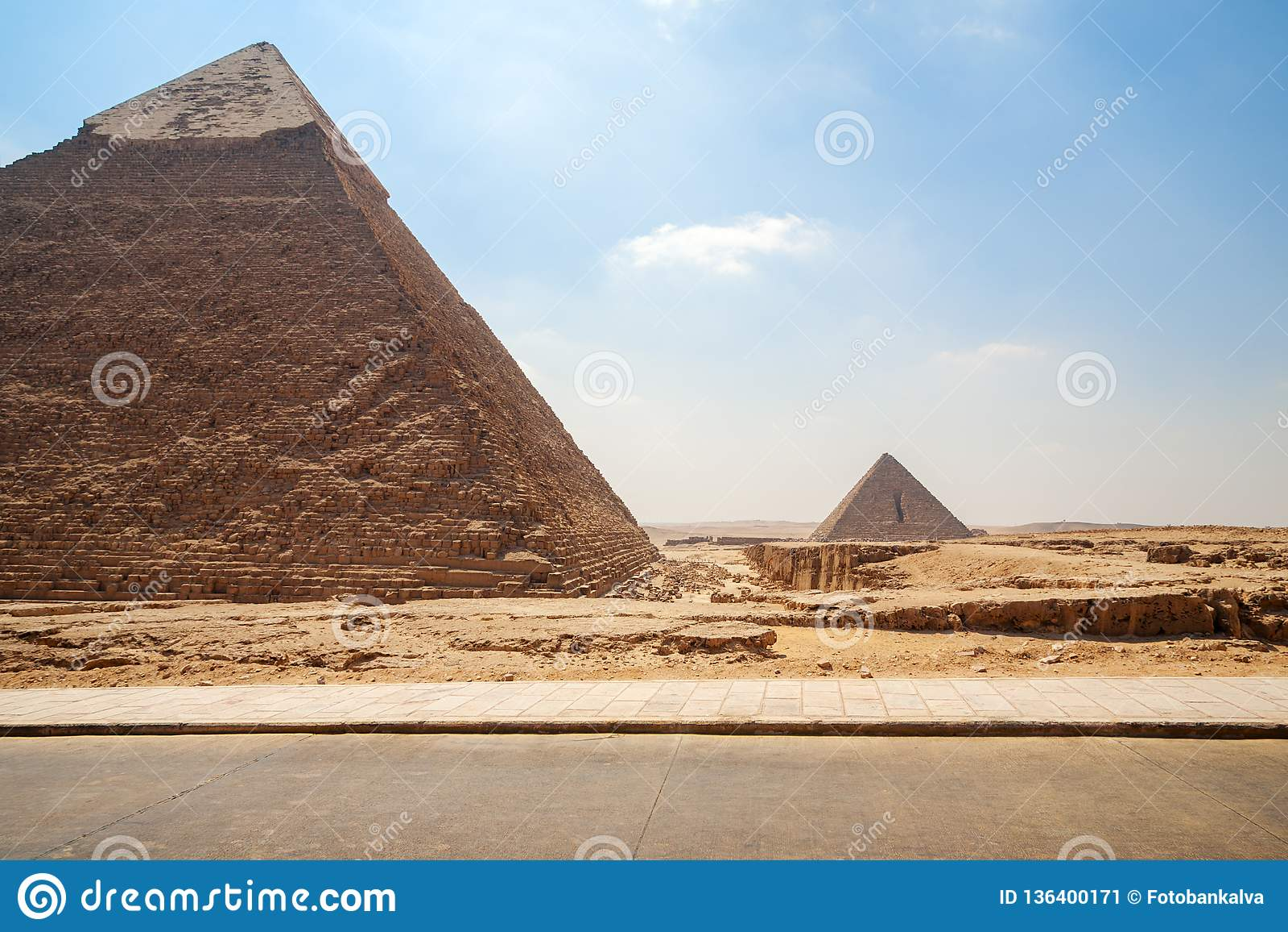 Pirâmides de Giza em Egito - duas pirâmides no Cairo no fundo do céu azul
