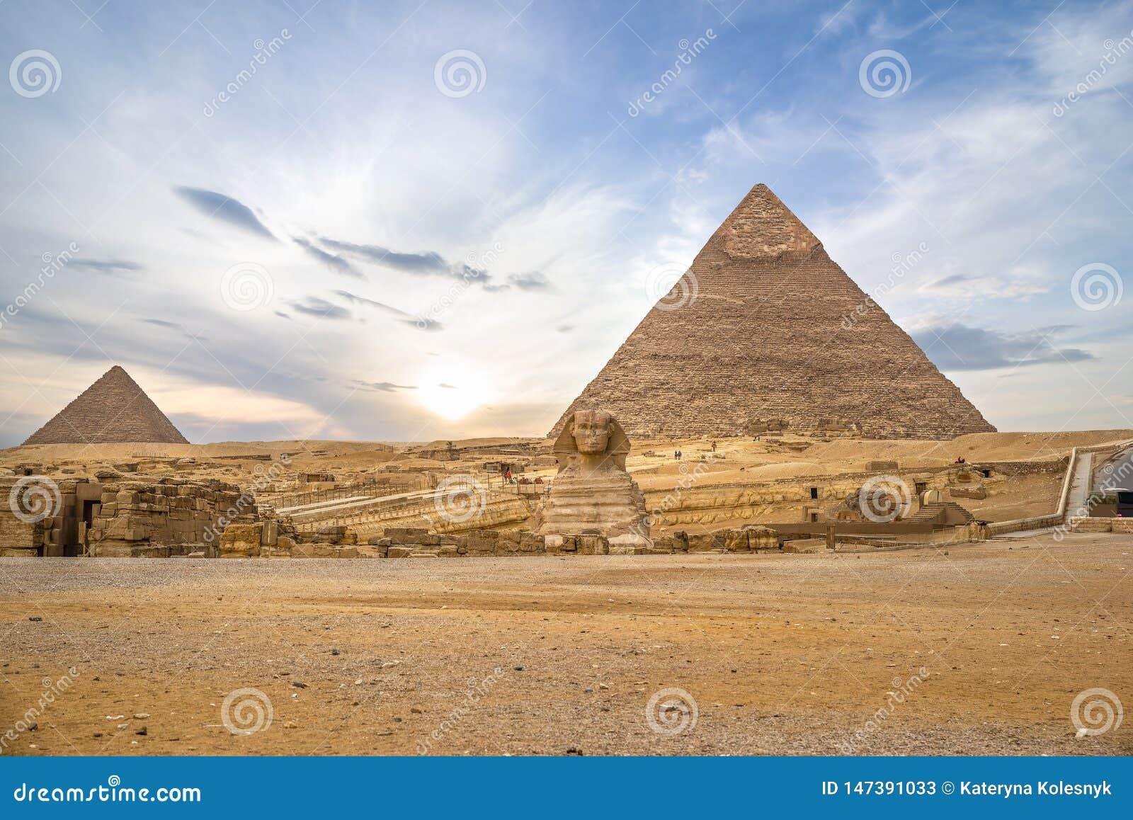 Pirâmides e esfinge em Giza