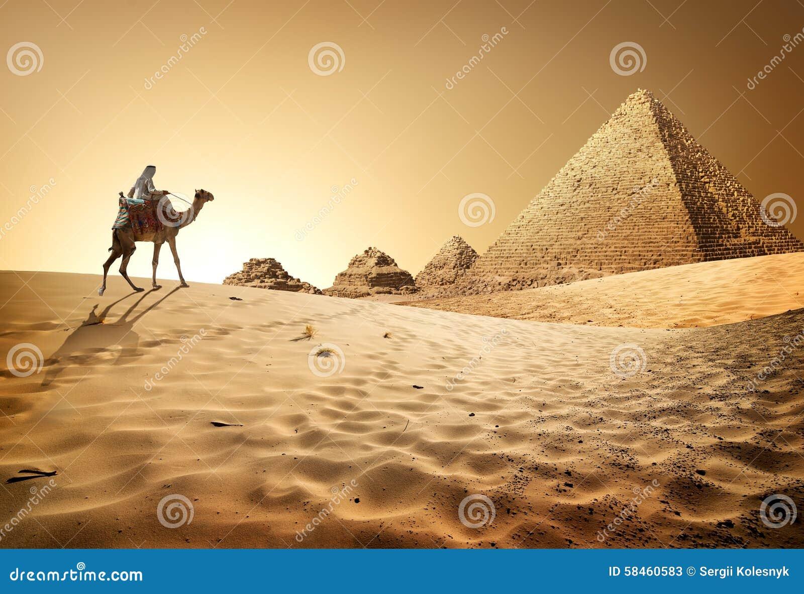 Pirâmides no deserto