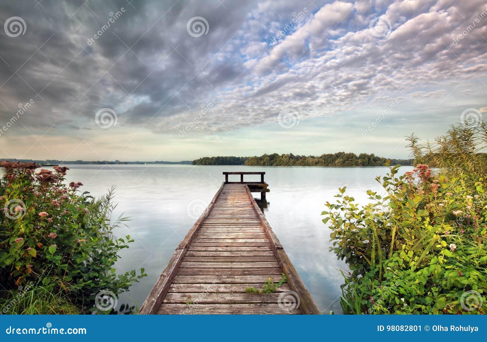 Pir på den stora sjön och vildblommor