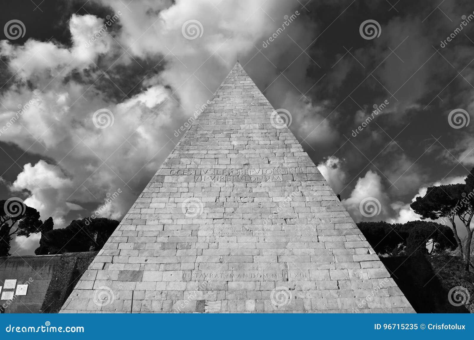 Piramide Di Cestius Con Le Nuvole Immagine Stock Immagine